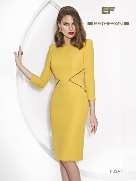 vestido de fiesta corto en color mostaza y escote abierto en espalda modelo pusan de Esthefan 2021