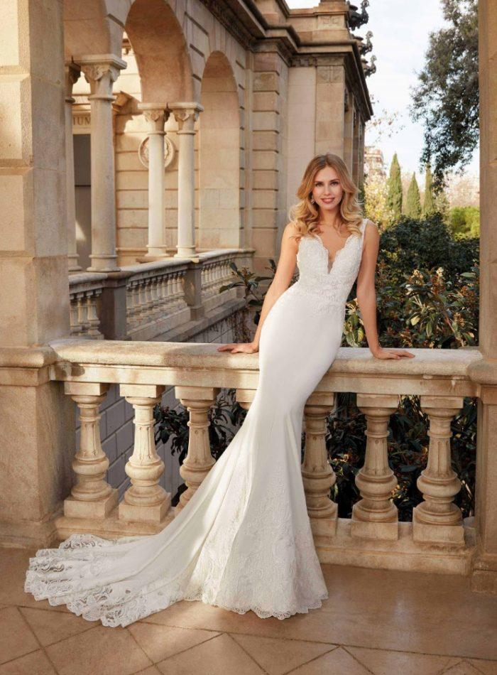 Vestido de novia corte sirena con inserciones en cola de tul bordado con pedrería en Moda Pureza de Jódar