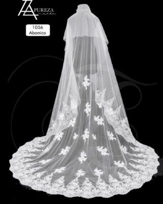 Completa tu Vestido de Novia con este maravilloso Velo de abanico festoneado con una impresionante puntilla en pedreria. #modapureza #velosdenovia #velosamantillados #velosdeabanico #novias2021
