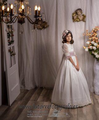 😍 Preciosa nuestra clienta Zaira con uno de nuestros Vestidos de Comunión y que celebró su Primera Comunión el día 1-Mayo-2021. Queremos agradecerles la confianza tanto a ella como sus padres Loli Lopez Gonzalez por habernos elegido para vestirse en un día tan especial. Esperamos haber sido de vuestro agrado y que fuese todo genial. 📷 fotografías @miguel_angel_latorre_fotografo #modapureza #yomevistoenpureza #comuniones2021 #comunionesjodar #vistetedepureza #jodar