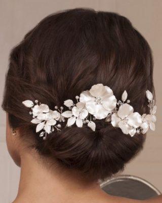 ‼️TOCADO DE NOVIA EXCLUSIVO‼️ Precioso complemento de novia para el pelo en forma de tocado compuesto de flores, hojas y perlitas. Ideal para novias que quieran lucir una pieza única. #ModaPureza #YoMeVistoEnPureza #TocadoNovia #Novias #Novia #ComplementosDeNovia #bodas #Boda #Ceremonia #Wedding #AccesoriosNovia #Shopping #Exclusivo #Elegante #España #Andalucia #Jaen #jodar