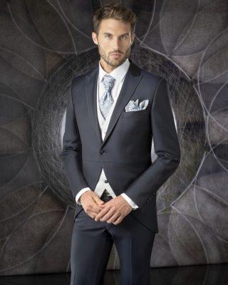 ‼️TRAJES DE NOVIO COLECCIÓN 2021‼️ 🧑🏼💼 El nuevo chaqué de enzo romano en un estilo clásico pero moderno en tejidos de alta calidad y lanas 100% con cuello solapa, costura central y un botón de cierre, clásico chaleco abotonado al centro en tonos claros para destacar con el resto del traje y corbata y pañuelo destacados en tonos plata con dibujo dándole un toque moderno y combinado. 📲PIDENOS CITA DESDE LA WEB O EN EL 669196299. #modapureza #enzoromano #trajesdenovio #novios2021 #nuevochaqué #boda #ceremonia #fashion #style #fashionstyle #model #moda #españa #andalucia #jaen #jodar